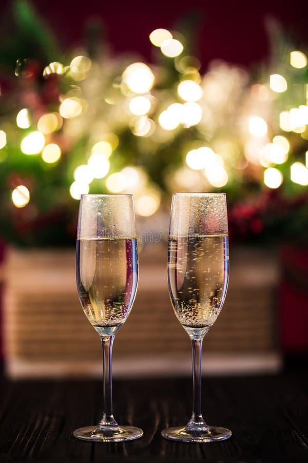 Träd för julsammansättningsjul som dekoreras med guld- ljus, girlander, leksaker och tomma champagneexponeringsglas royaltyfria bilder