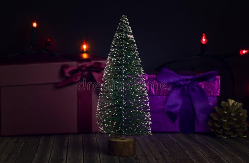Träd för nytt år på en mörk bakgrund med gåvaaskar royaltyfri bild