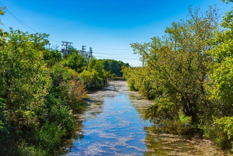 Träd fodrad kanal i Chicago förort Lemont arkivfoton