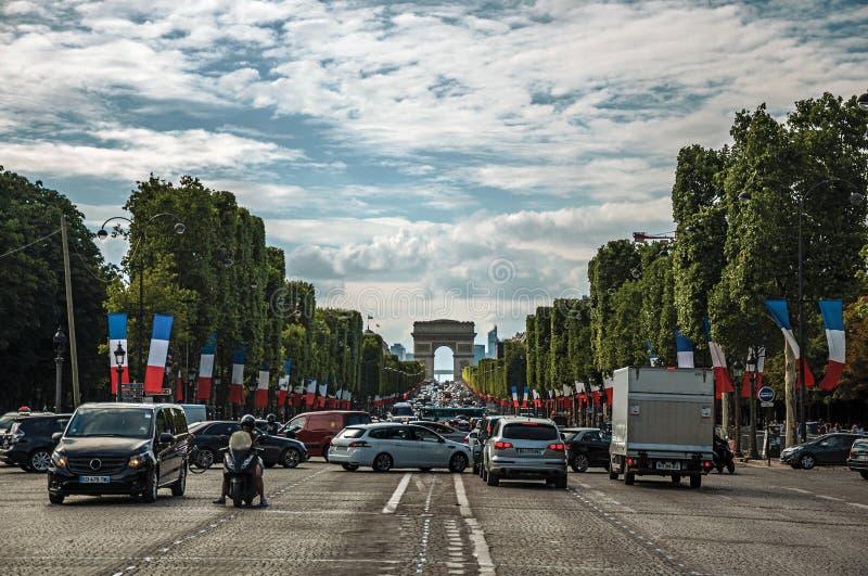 Träd och bilar på den Champs-Elysees avenyn i Paris arkivfoton