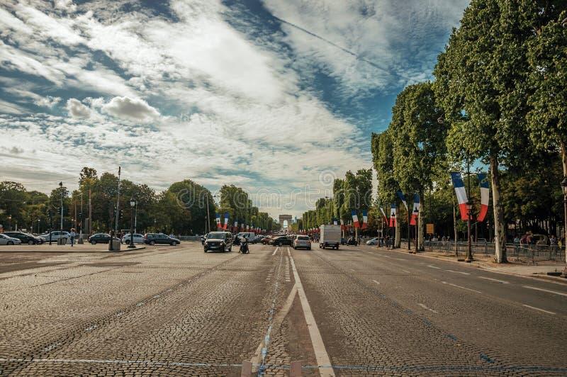 Träd och bilar på den livliga Champs-Elysees avenyn i Paris royaltyfri fotografi