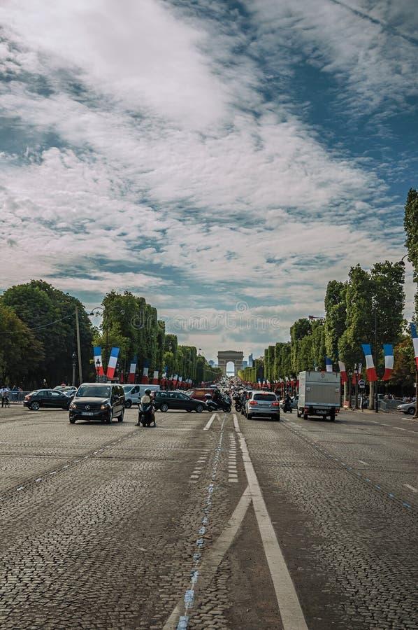 Träd och bilar på den livliga Champs-Elysees avenyn i Paris arkivfoto