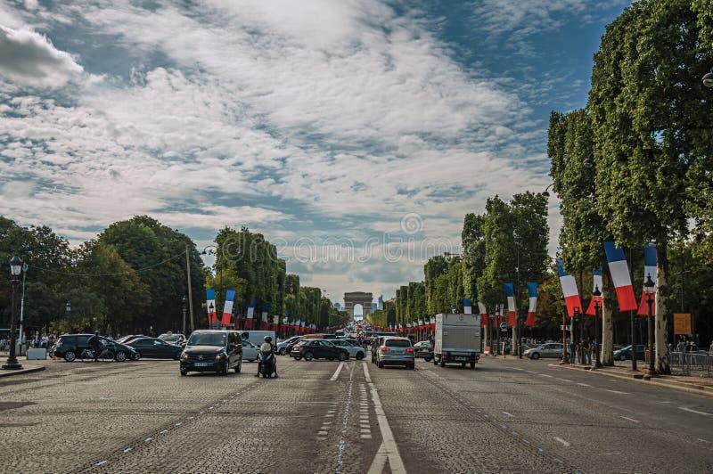 Träd och bilar på den livliga Champs-Elysees avenyn i Paris arkivfoton