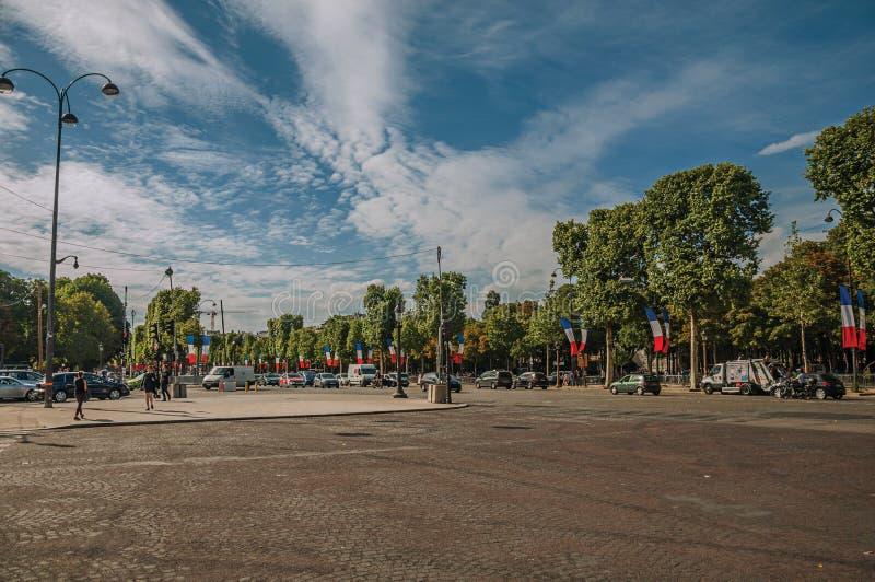 Träd och bilar på den livliga Champs-Elysees avenyn i Paris royaltyfri foto