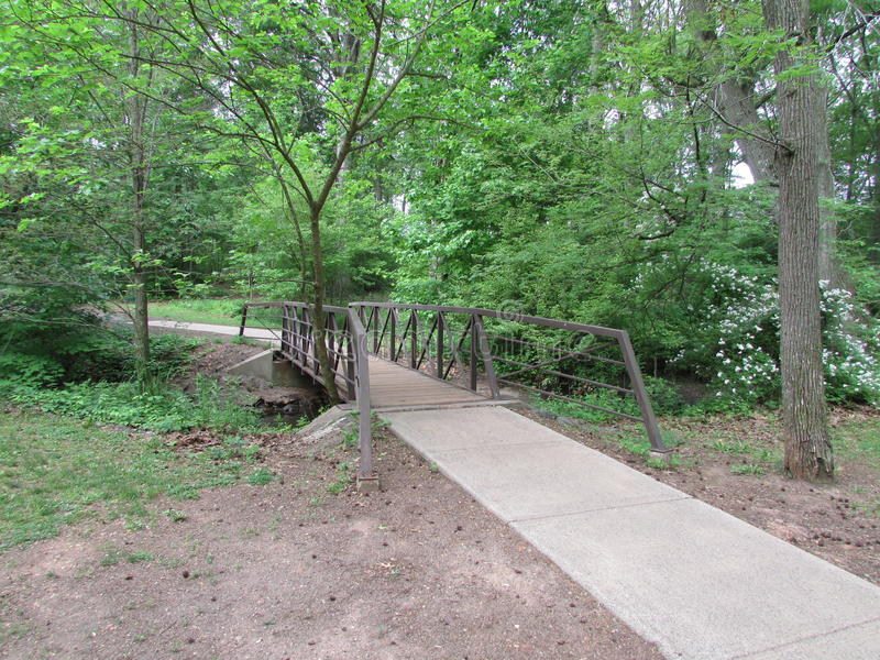 """Träd och liten fot- bro på Roosevelt Park i Edison, NJ, USA Ð """", royaltyfri bild"""
