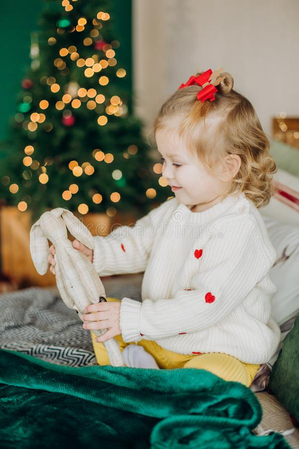 Trädet för jul för barngåvaasken knyter upp band arkivfoto