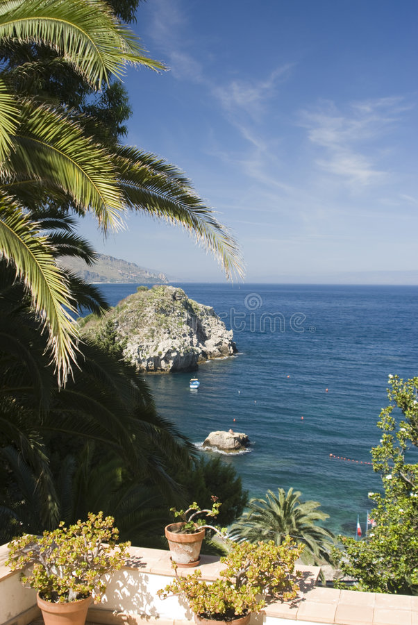 trädgård över uteplatshavet sicily fotografering för bildbyråer