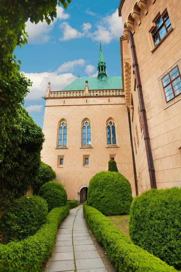 Trädgård av den Bojnice slotten royaltyfri fotografi
