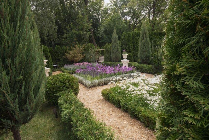 Trädgård av en av konkurrenterna arkivfoton