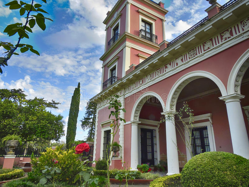 Trädgård av ett gammalt hus royaltyfri bild