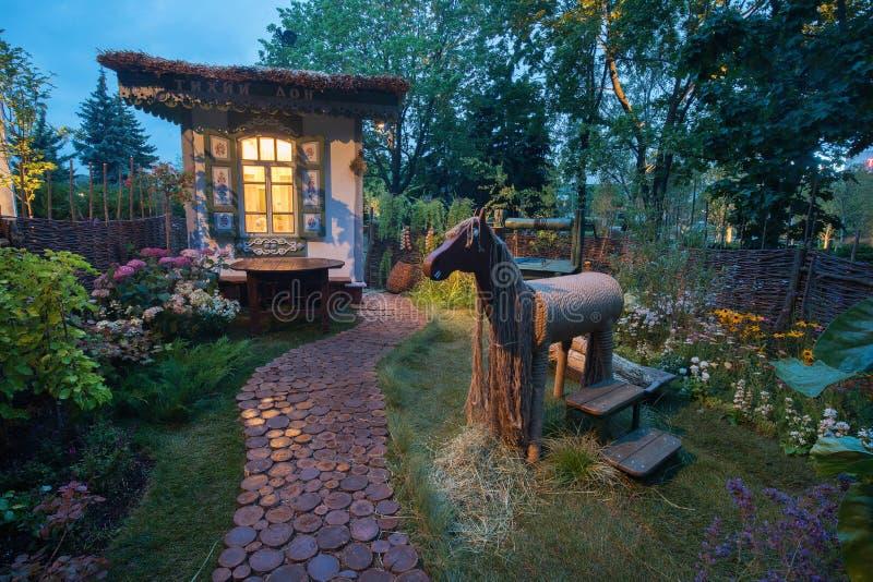 Trädgård av Irina Uzdenova på den Mosow blomsterutställningen 2019 royaltyfri foto