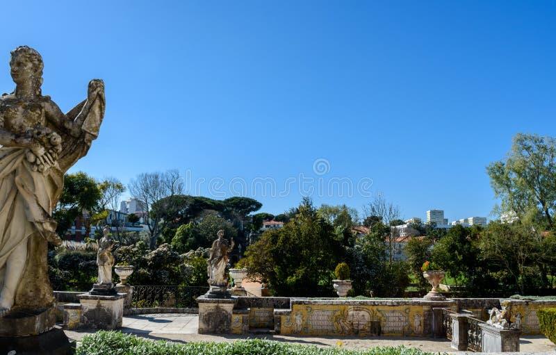 Trädgård av markisen av den Pombal slotten, detaljer och prydnader, typiska portugisiska tegelplattor, Oeiras - Lissabon, Portuga royaltyfri bild