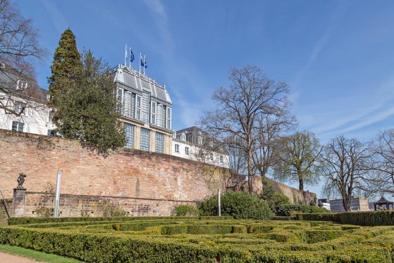 Trädgård av slotten i Saarbrucken royaltyfri foto