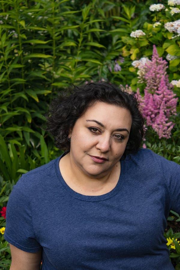 Trädgård bak en kvinna fotografering för bildbyråer