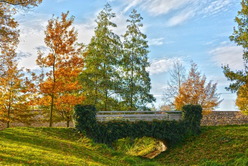 Trädgård för hösttidNelahozeves slott arkivfoto
