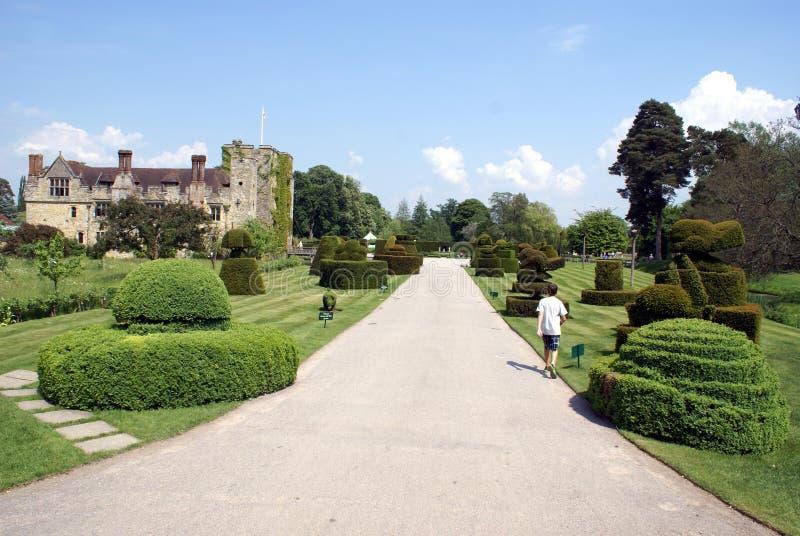 Trädgård för Hever slottTopiary, England royaltyfri bild