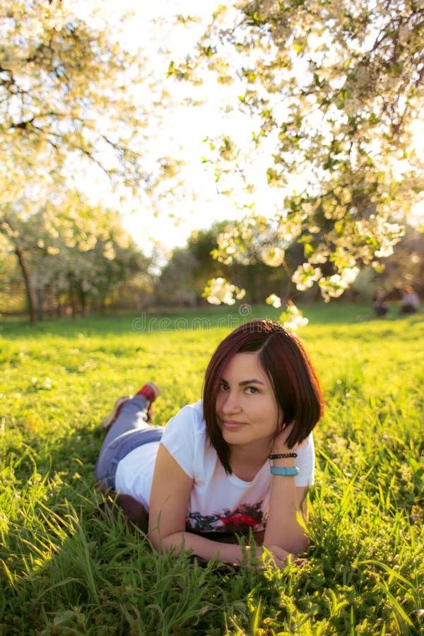 Trädgård för ung flicka på våren royaltyfria bilder