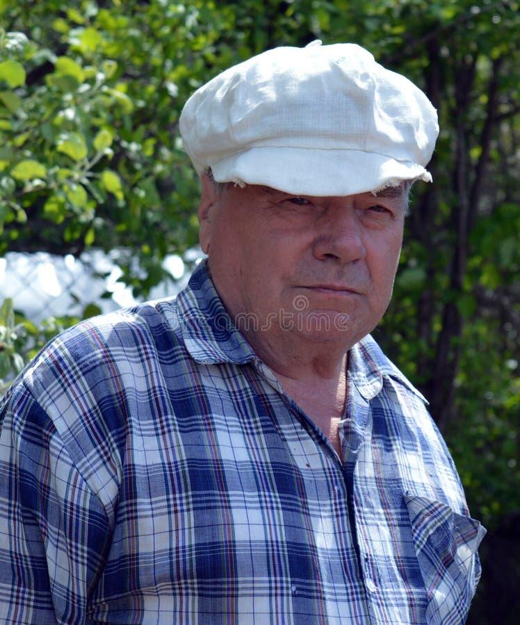 Trädgård folk, det fria, pensionär, bonde, person, natur som är gammal, män, ungt som arbeta i trädgården, sommar som går, arbete arkivfoto