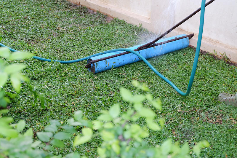 Trädgård hjälpmedel av gårdarbete som planterar ett nytt gräsmarkgräs arkivfoton