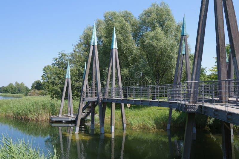Trädgård med bron royaltyfri fotografi