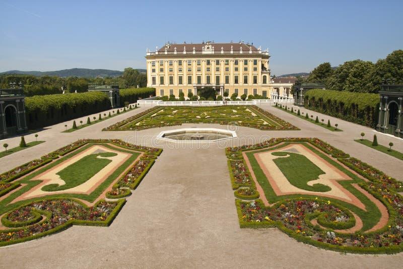 Trädgård med slotten Schoenbrunn fotografering för bildbyråer
