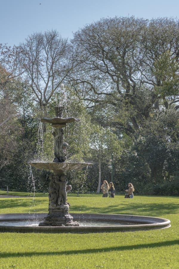 Trädgård med springbrunnen på villan Ocampo i San Isidro Buenos Aires royaltyfria foton