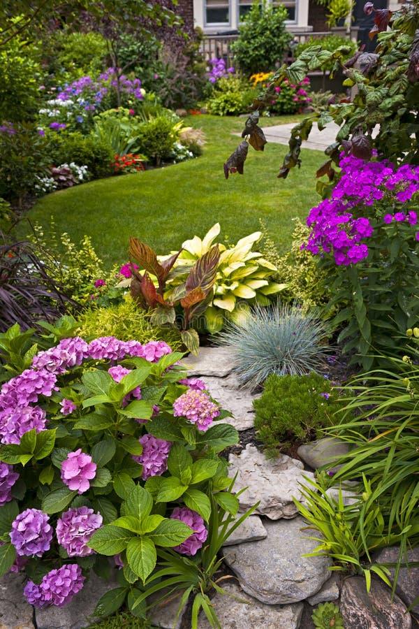 Trädgård och blommor royaltyfri fotografi