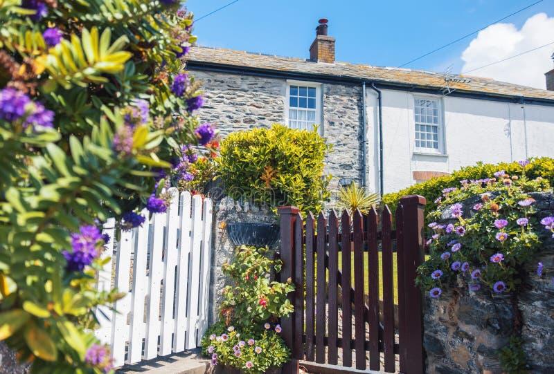 Trädgård och gammalt hus, byport Isaac royaltyfri fotografi