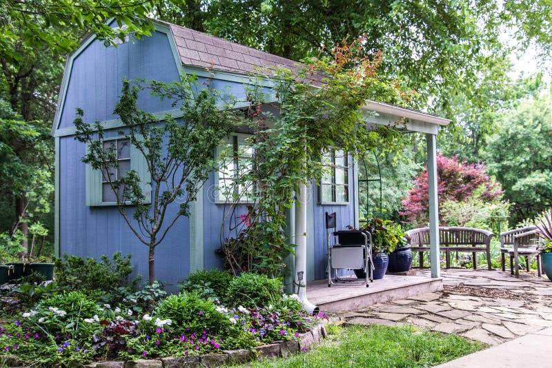 Trädgård som landskap friggeboden royaltyfri fotografi