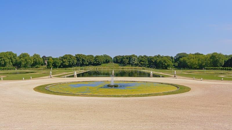 Trädgårdar av Chantilly rockerar, med sjöar och springbrunnar på en solig dag, Oise, Frankrike royaltyfria foton