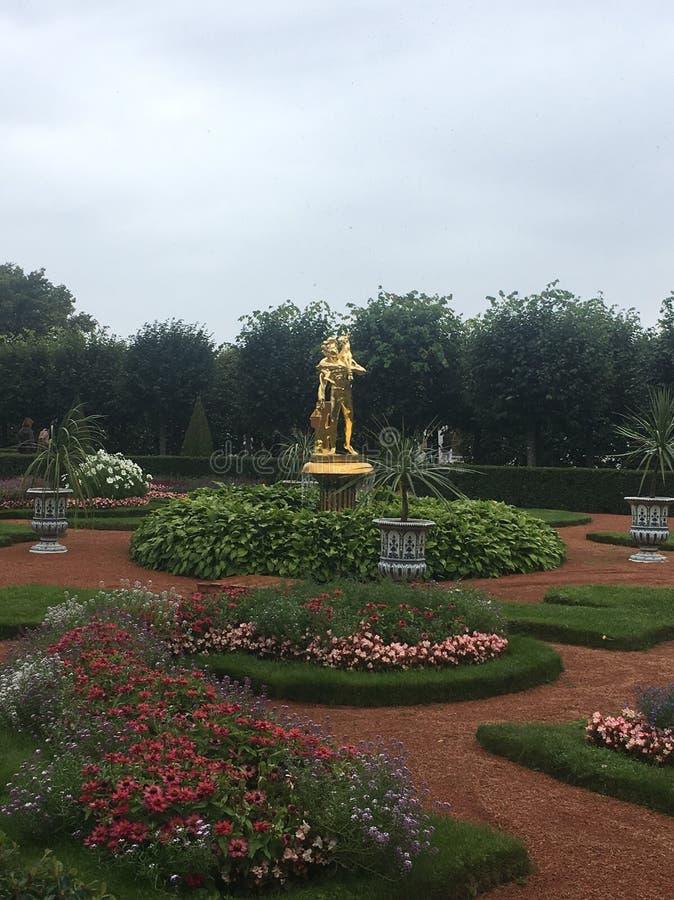 Trädgårdar av Peterhof arkivbilder