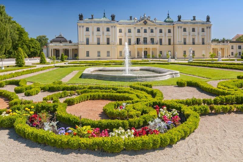 Trädgårdar av slotten Branicki, det historiska komplexet är ett populärt ställe för lokaler, Bialystok, Polen arkivfoto
