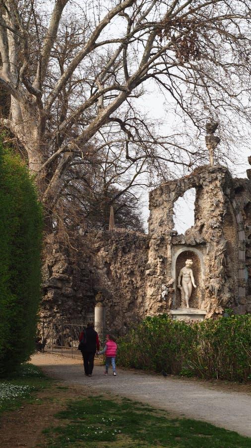 Trädgårdar för villaLitta inre royaltyfri foto