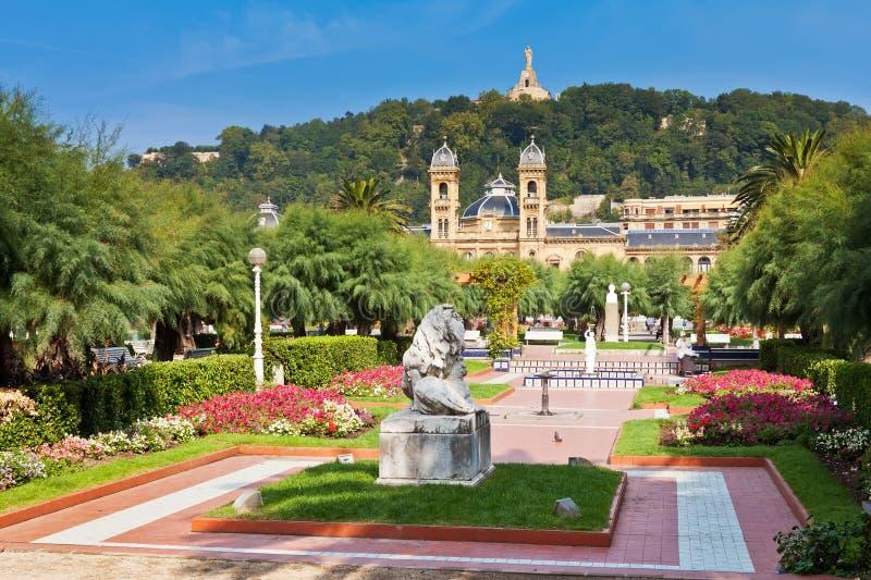 Trädgårdar framme av stadshuset i Donostia royaltyfri foto