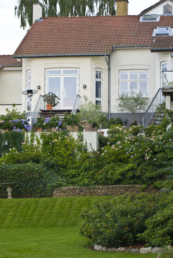 trädgårdar house lyxigt arkivfoto