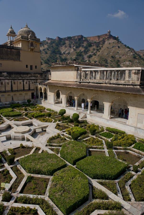 Trädgårdar i Amber Fort nära Jaipur royaltyfri bild