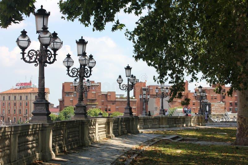 Trädgårdar och gator av bolognaen royaltyfria bilder