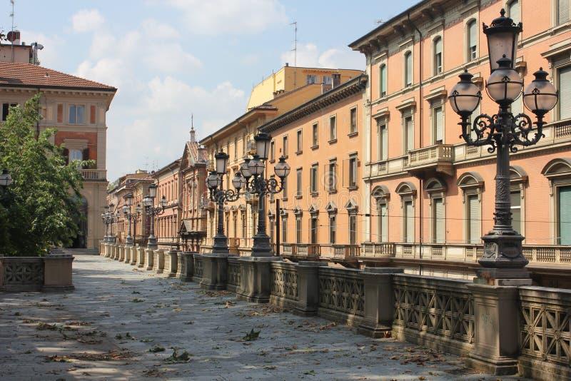 Trädgårdar och gator av bolognaen royaltyfri foto