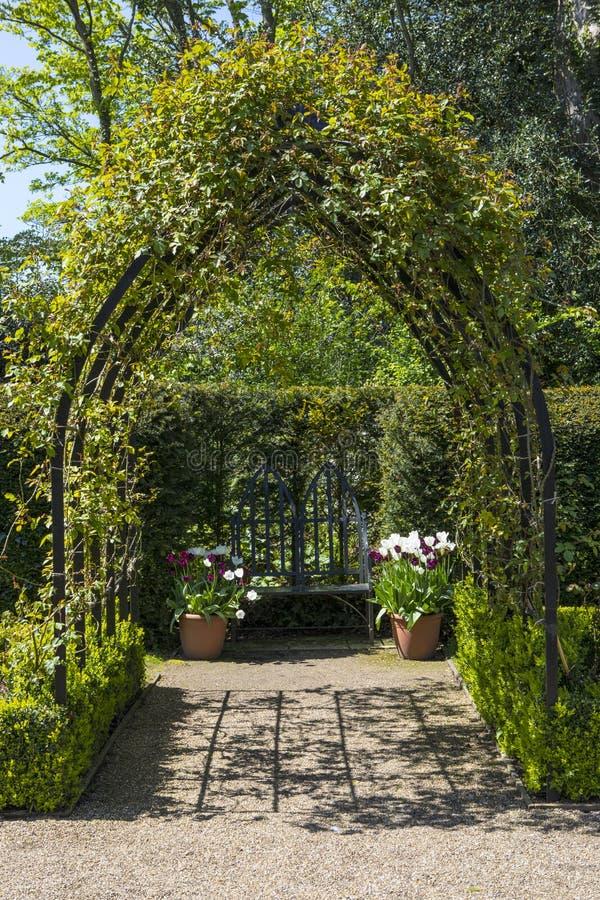 Trädgårdar på den Arundel slotten i västra Sussex arkivfoton