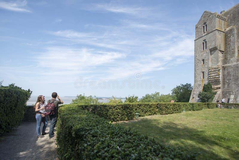 Trädgårdar på Mont Saint Michel Abbey panorama, Frankrike arkivbild