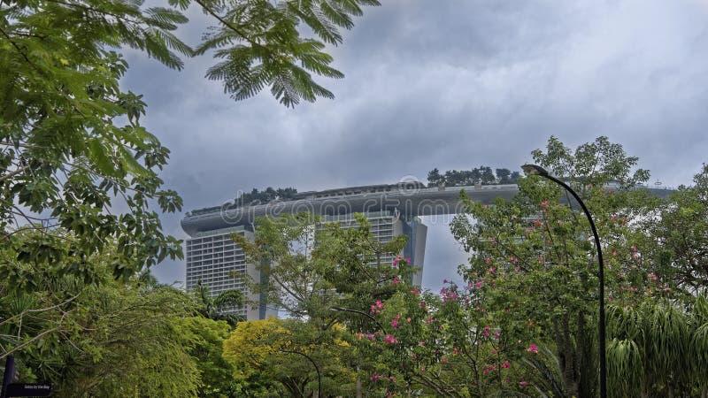 Trädgårdar vid fjärden Sikt av det lyxiga hotellet Marina Bay Sands arkivbilder