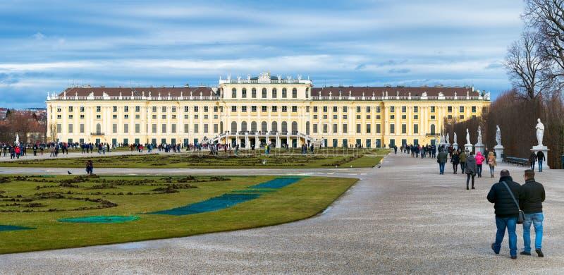Trädgården i den Shonbrunn slotten, Wien Wien, Österrike royaltyfri foto