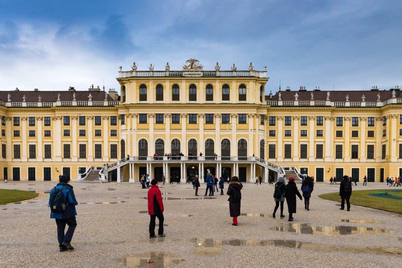 Trädgården i den Shonbrunn slotten, Wien Wien, Österrike, regnig dag arkivfoton