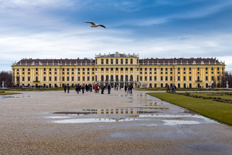 Trädgården i den Shonbrunn slotten, Wien Wien, Österrike, regnig dag arkivbild