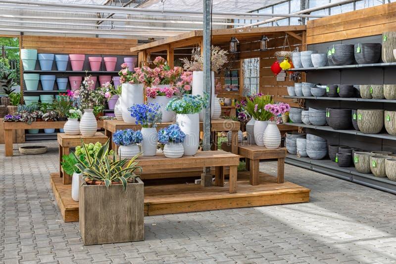 Trädgården shoppar sälja växter och tillbehör som blomkrukor arkivbild