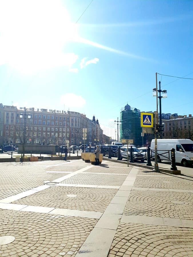 Trädgårdgata- och Moskvautsikt i solsken St Petersburg arkivfoton
