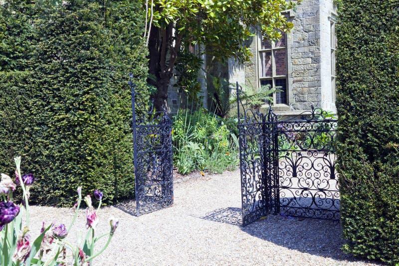 Trädgårdport i ett engelskt landshus royaltyfri fotografi