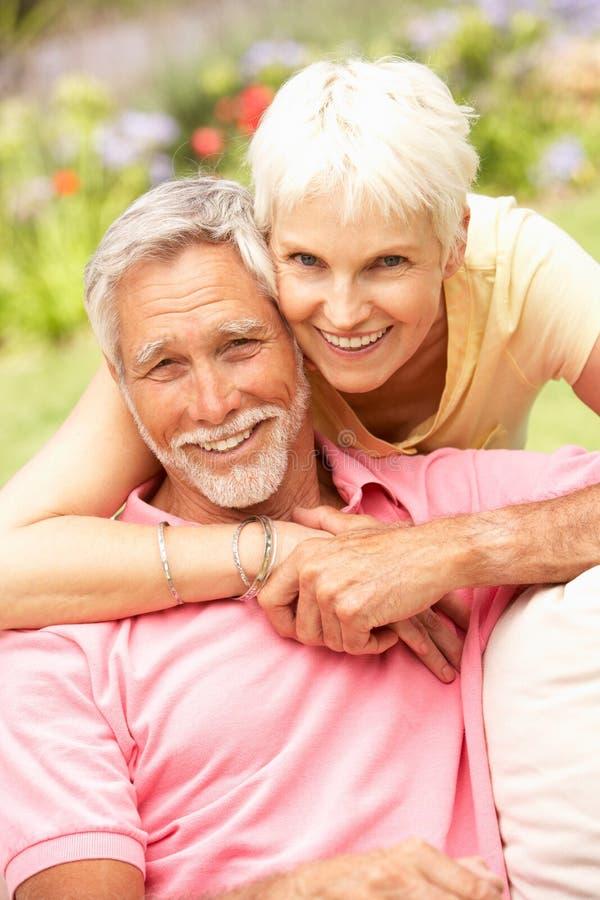 trädgårds- avslappnande pensionär för par arkivbilder
