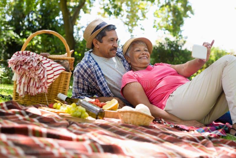 trädgårds- avslappnande pensionär för par arkivbild
