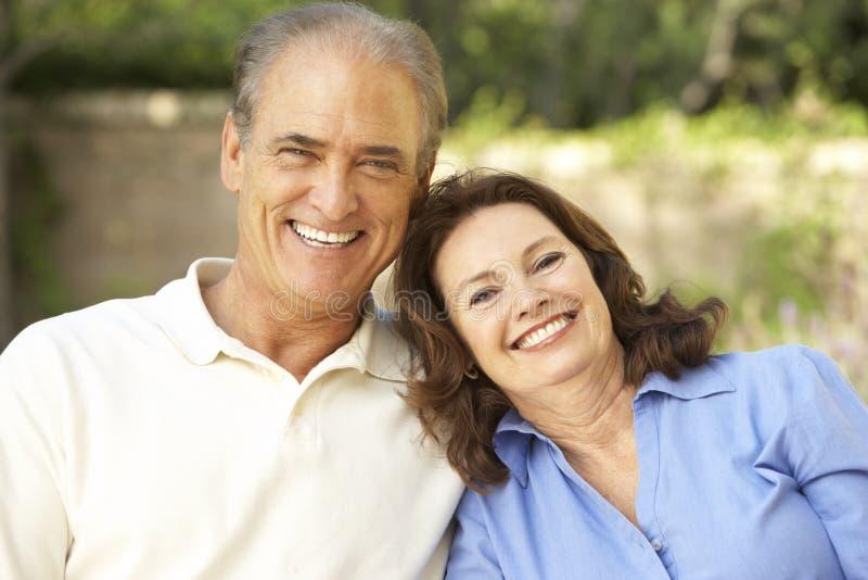 trädgårds- avslappnande pensionär för par tillsammans arkivfoto